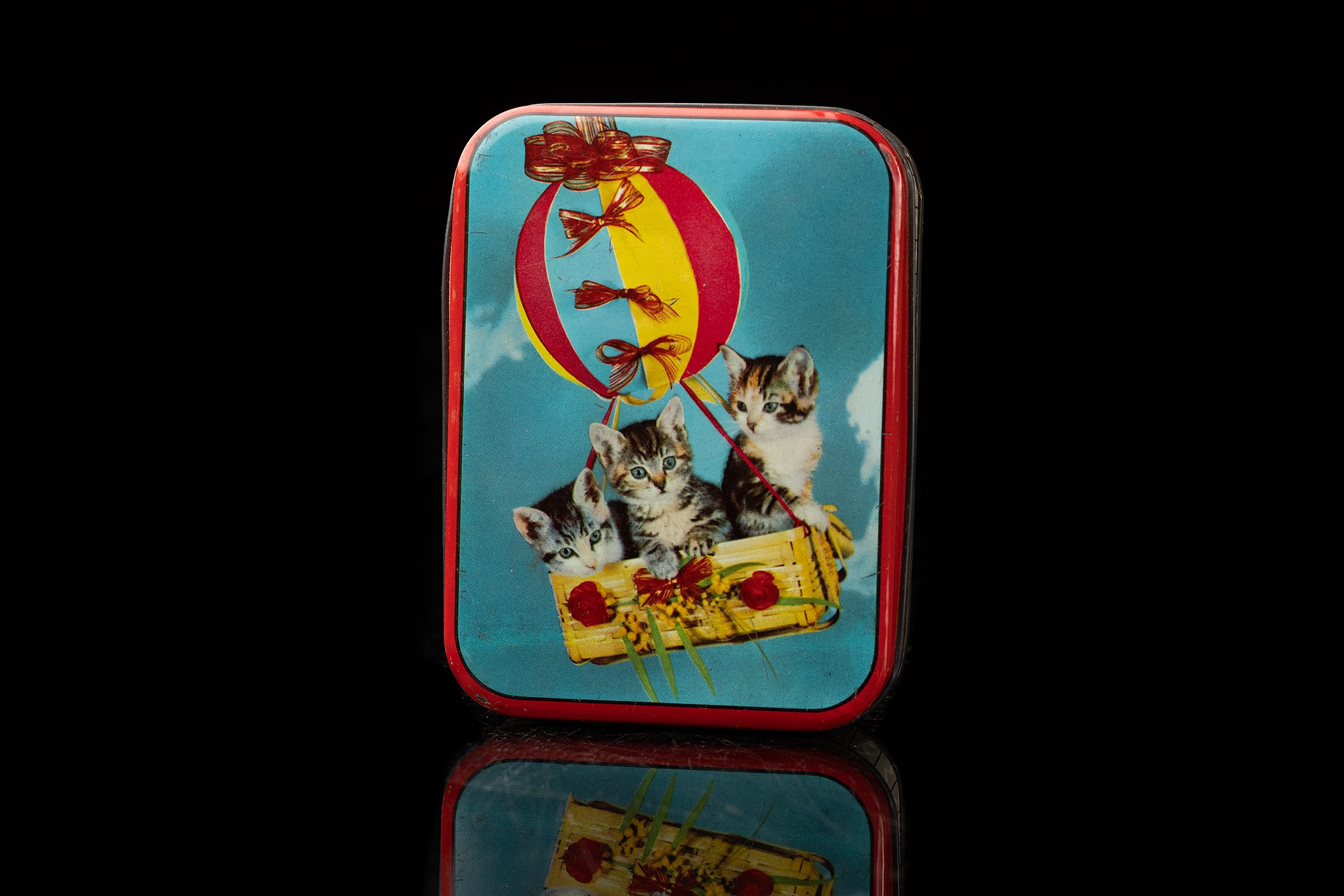 Vintage-tin-box-cats-in-balloon