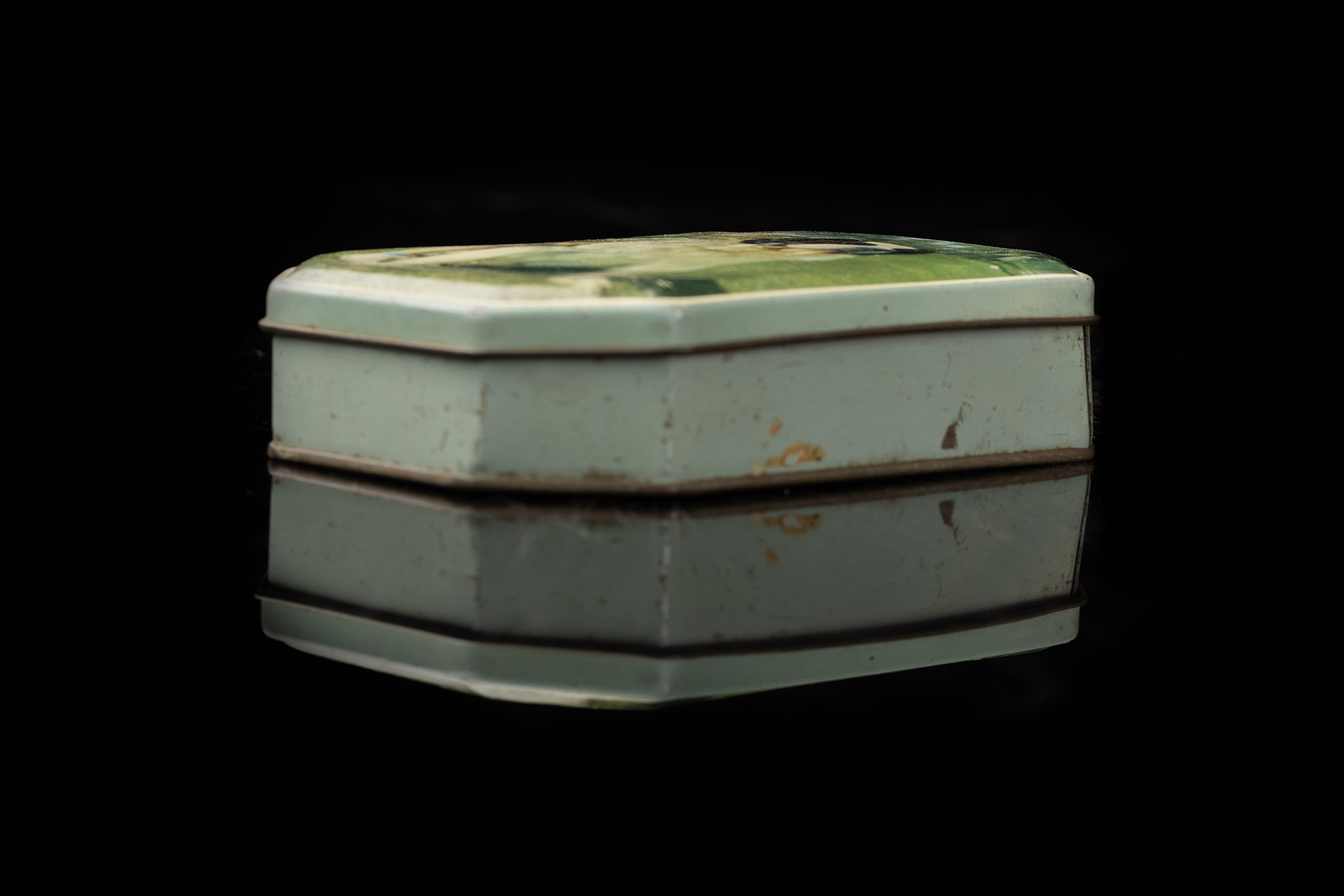 Vintage-tin-dog-box-34a