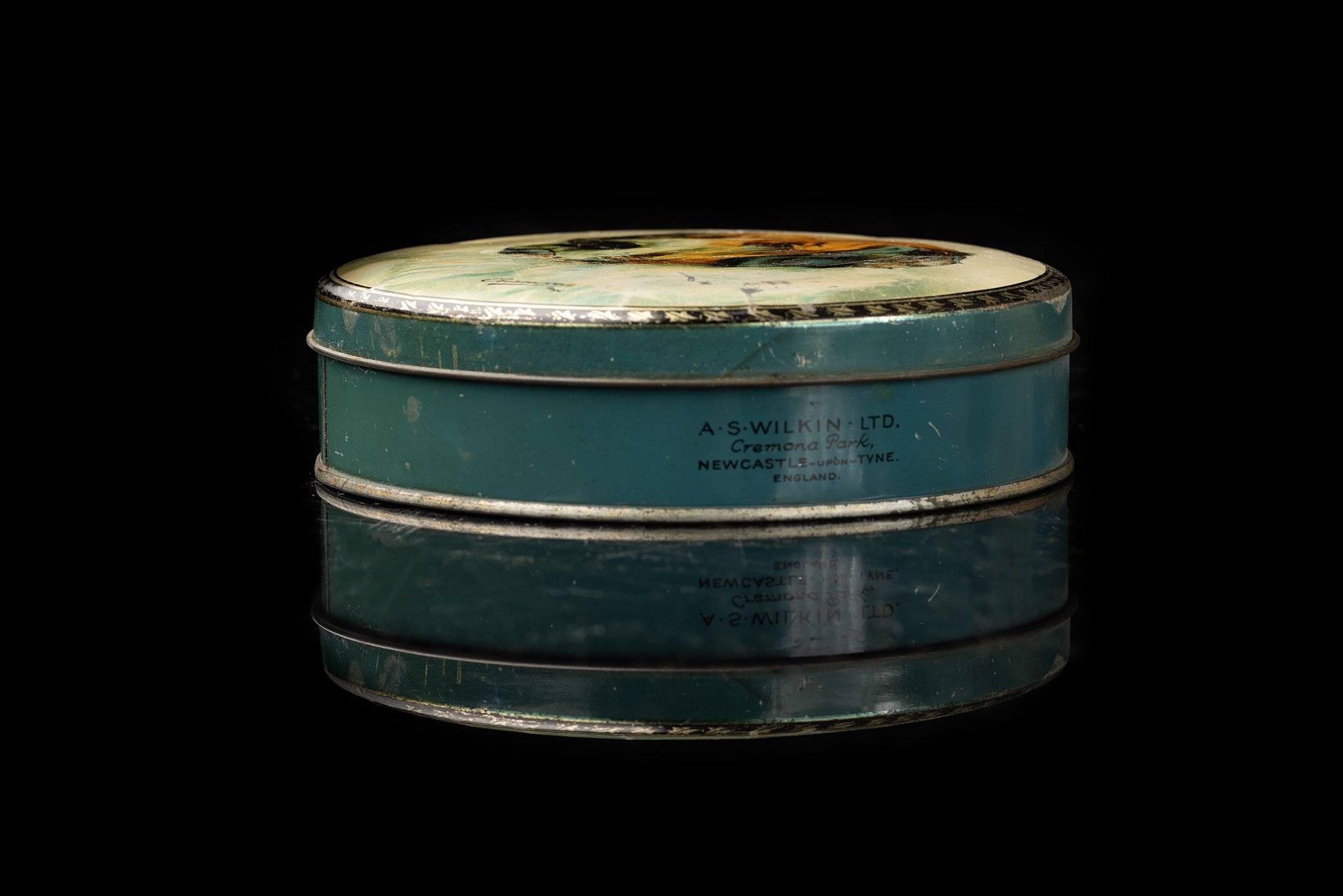 Vintage-tin-dog-box-4a
