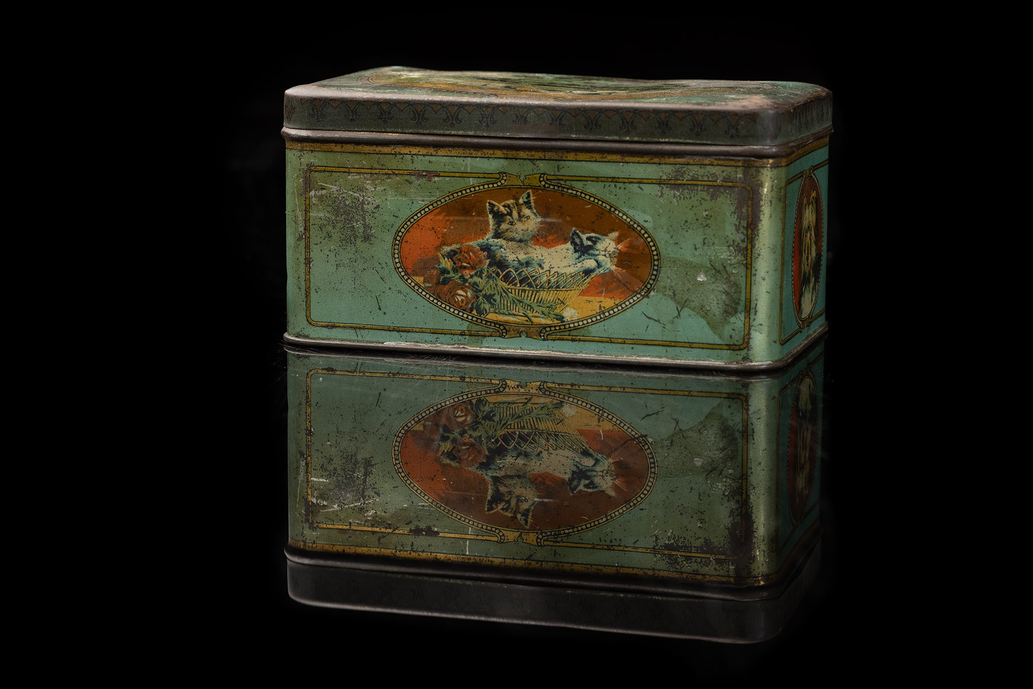 Vintage-tin-dog-box-olda